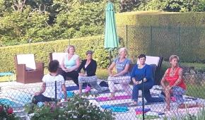 Bij het ochtendzonnetje kun je meedoen met een yoga uurtje